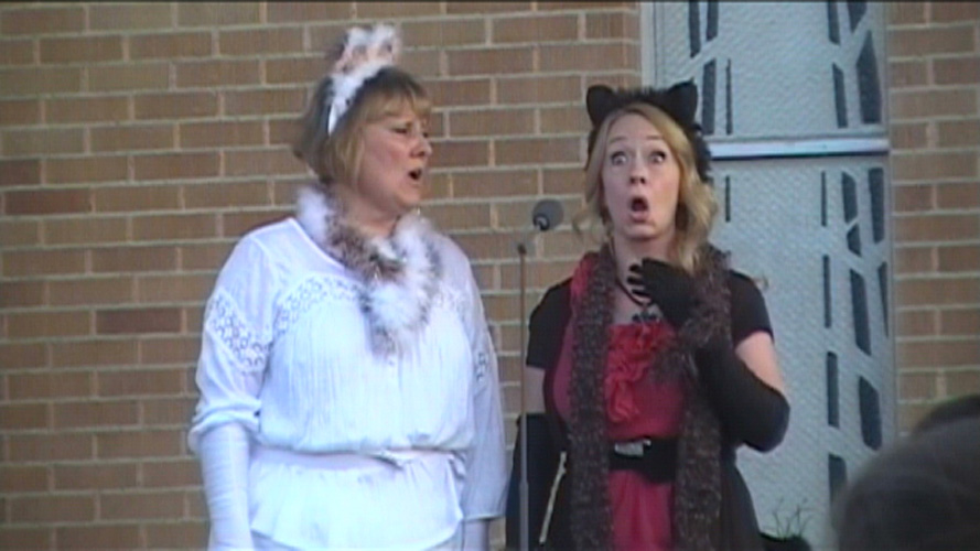 "Lynnette Owens and Deborah Siddoway sing the ""Cat duet"" at the Italian Festival ""Ferragosto"""